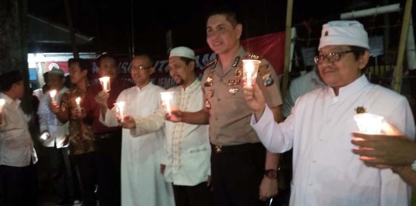 Sejumlah warga masyarakat dan Kapolres Jember AKBP Alfian Nurrizal Aliansi Cinta Damai saat aksi menyalakan seribu lilin di Depan Kantor DPRD Jember. (Kj)