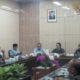 Petani tembakau Jember rapat dengar pendapat bersama komisi B DPRD Jember terkait anjloknya harga tembakau. (Kj1)