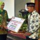 Bupati Jember dr Hj Faida MMr serahkan bantuan secara simbolis bantuan kepada para guru. (ist)