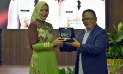 Bupati Jember dr.Hj. Faida. MMr saat menerima penghargaan dari RRI