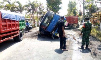 AMBRUK : Kondisi Dump Truk yang terguling di tengah jalan raya. (rir)
