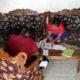 Korban (DZ) belajar di rumah didampingi ibunya (gik)