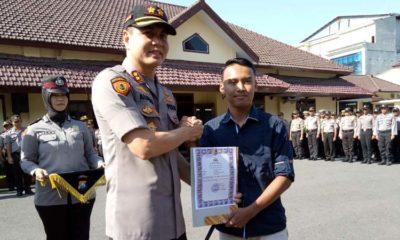 Salah satu putra dari Almarhum Iptu Ainur Rofiq mendapat penghargaan dari Kapolres Jember AKBP Alfian Nurrizal. (gik)