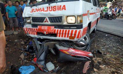 Mobil Ambulan Puskesmas tanggul dan sepeda motor di lokasi kejadian. (tog)