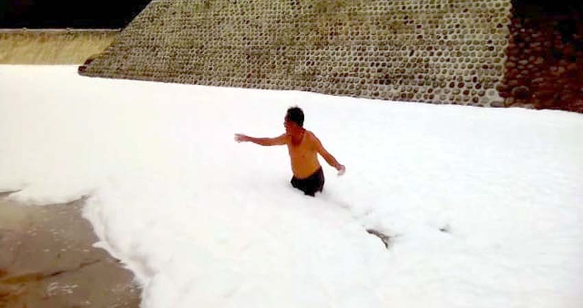 Busa Salju di Sungai Arjasa Jember, Ternyata Limbah Busa Pabrik Triplex