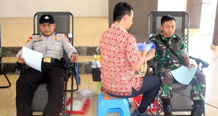 Para anggota Polres Jember dan TNI mengikuti kegiatan donor darah. (ist)