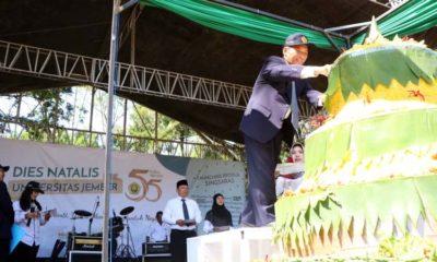 Rektor Unej Moh Hasan saat memotong tumpeng Singsaras di acara Dies natalis Unej ke 55. (ist)