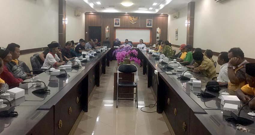 Pengurus dan perwakilan anggota Koperasi Ketajek saat hearing di gedung DPRD Jember (Kj1)