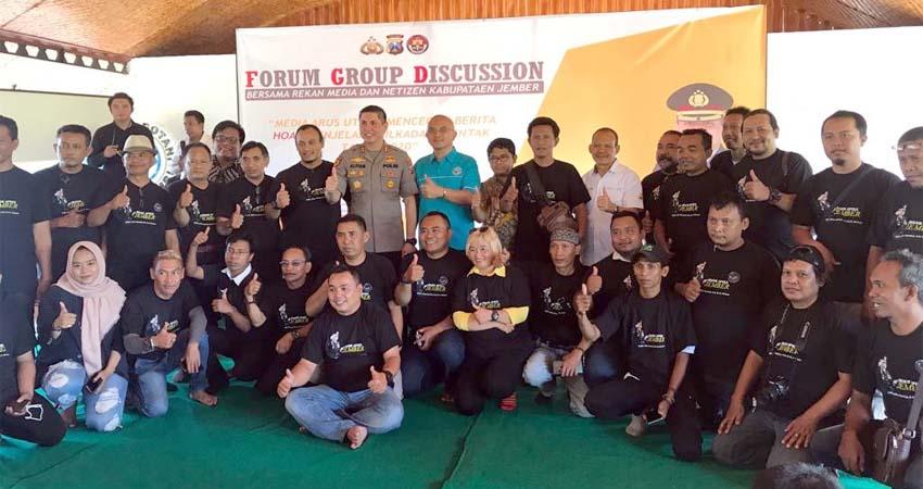 Kapolres Jember AKBP Alfian Nurrizal dan sejumlah Journalis di acara Forum Group Discusion. (gik)