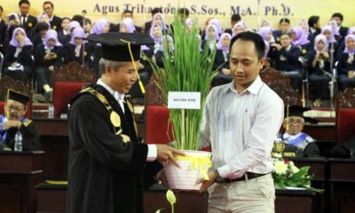 Rektor Unej, Moh Hasan saat meluncurkan Golden Rice dan Padi Punel. (ist)