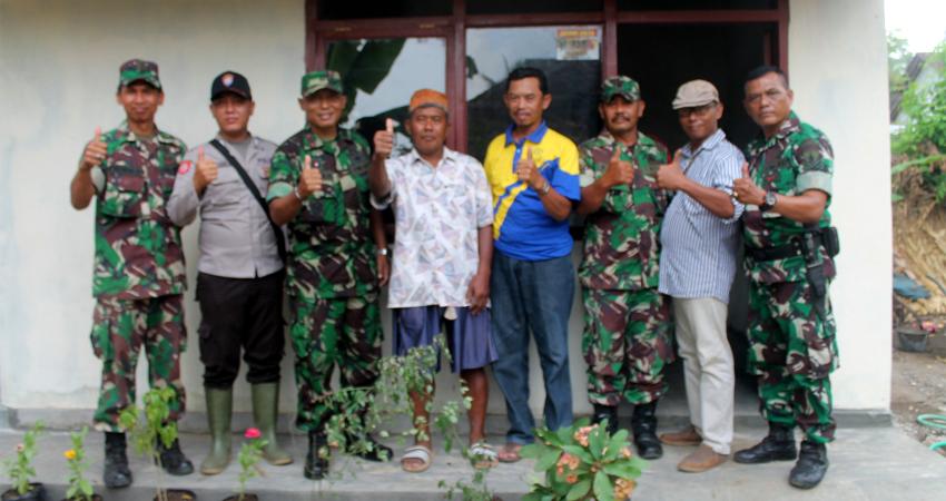 Misdi foto bersama Danramil dan beberapa anggota koramil serta Kades Sumberrejo di depan Rumahnya yang di bangun dari program Rutilahu.(tog)