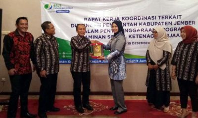 Bupati Lombok Barat dan Bupati Jember saling memberikan cenderamata