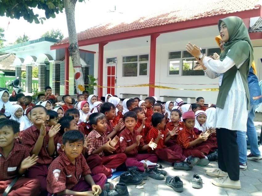 RIANG : Anak-anak SD korban bangunan roboh sangat antusias mengikuti program Trauma Healing yang di bimbing para anggota Hismi Jember. (rir)