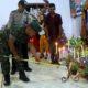 Babinsa M. Kosim sedang menyalakan Lilin di dampingi Babinkamtibmas dan Tokoh masyarakat. (tog)