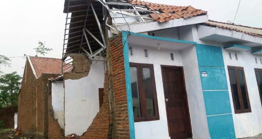 Kondisi rumah yang rusak akibat hujan lebat dan angin kencang. (tog)