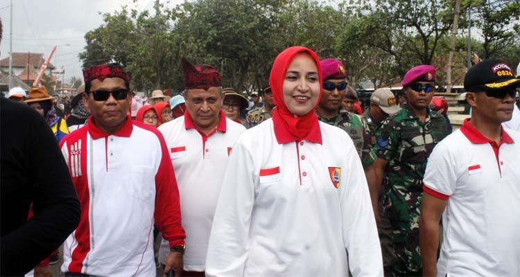 Bupati Jember dr Hj Faida MMr bersama Suami Drg. Abdul Rochim, didampingi Dandim 0824 Jember Letkol Inf La Ode M Nurdin di gerak jalan Watam Kreasi 2019. (tog)