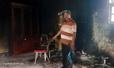 Kepala Desa Purwoasri Saiful Bahri menunjukkan lokasi ruangan kantor sekretariat yang terbakar. (rir)