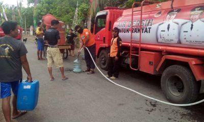 Warga antrean air bersih dari BPBD Kabupaten Jember. (Tog)