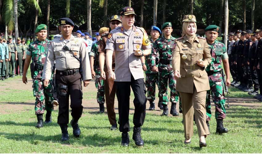 Kapolres Jember AKBP Alfian Nurrizal didampingi Bupati Jember dr Faida kroscek kesiapan pengamanan Nataru. (ist)