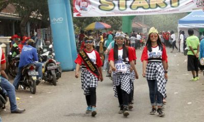 Beregu putri Siswi SMP Negeri 3 Ambulu di gerak jalan Watam Kreasi 2019. (tog)