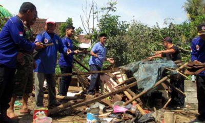 Djoko Susanto bersama Rescue Baret Jember saat meninjau langsung kawasan terdampak puting beliung di Desa Tegal Waru, Kecamatan Mayang. (ist)