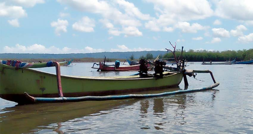 Jukung Nelayan jandas di muara sungai Getem Desa Mojomuyo. (ist)