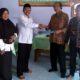 Kepala UPM IKIP PGRI Jember Drs Gunawan, MPd, ( Batik Coklat) serahkan MOU kerjasama pada ketua yayasan Ponpes Tanjung Rejo Jumarto, MPd.I (baju putih) di dampingi Kabag Kerjasama Nasional dan Internasional IKIP PGRI Jember, A. Zaki Emyus, MPd, (batik Hitam). (yud)
