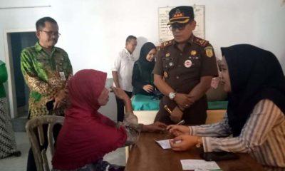 Bersama Ketua LKNU dan Kajari Jember memantau jalannya pemeriksaan kesehatan di kantor Desa Subo. (ist)