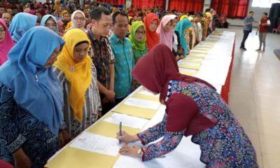 Bupati Faida saat menandatangani kontrak CP3K di Aula PB Sudirman Pemkab Jember. (ist)