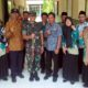 Dandim 0824 Jember Letkol Inf La Ode M Nurdin foto bersama Kepala sekolah (kiri dandim no 2 perempuan) dan para guru SMP An – nisa. (bud)