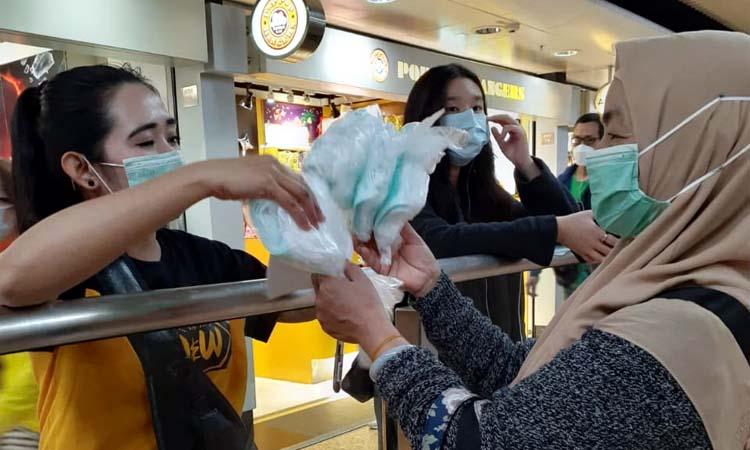 Siti Khosidah saat memberikan masker. (ist)