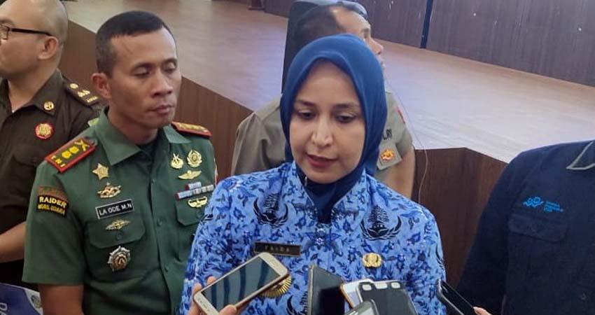 Bupati Jember dr Faida saat diwawancarai sejumlah wartawan di Pendopo Wahyawibawagraha. (gik)
