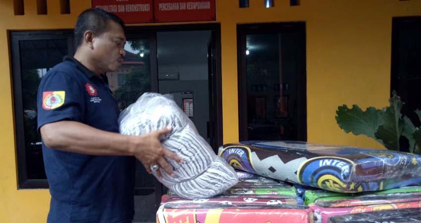 Camat Kaliwates, Asrah Joyo Wardono saat mengambil kekurangan bantuan di kantor BPBD Jember