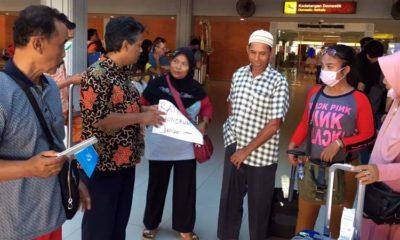 Petugas Puskesmas Jombang, kecamatan dan Pemdes serta Keluarga saat menerima Ratna Ayu Ningrum (celana Coklat) di bandara Ngurah Rai. (ist)