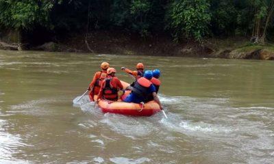 Dibantu warga Tim Basarnas melakukan proses pencarian di sekitar sungai