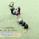 Beberapa warga Paseban seberangi sungai Tanggul. (bud)