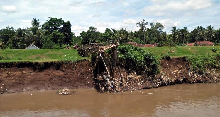 Salah satu bantaran sungai yang terkikis. (bud)