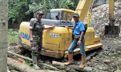 Alat berat Eskavator bantuan dari provinsi yang amblas dan menancap di lumpur yang ada di sekitar sungai. (bud)