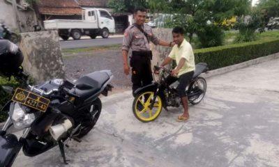 Kanit Shabara Ipda Danu Prasetyo saat mengamankan kendaraan motor roda 2 Protolan di jalan raya Gumukmas. (rir)