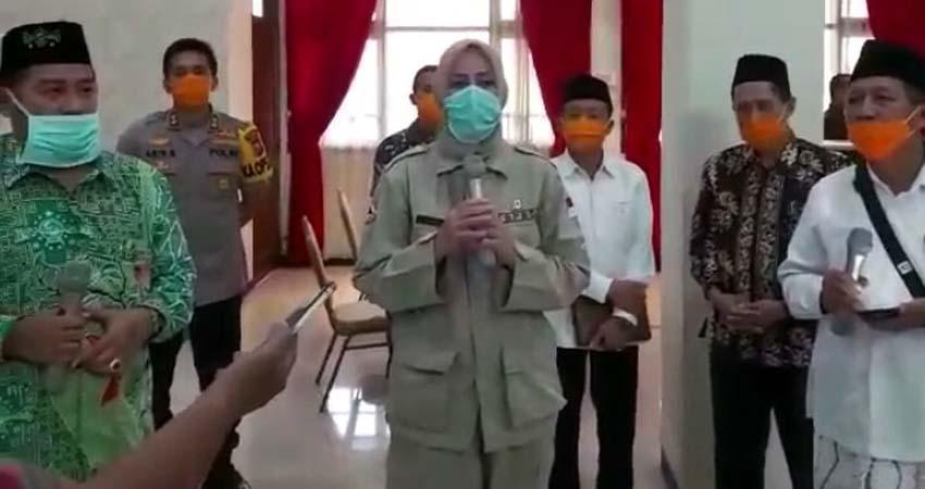 Bupati Jember, dr Hj Faida bersama tokoh agama, MUI jember, Dandim dan Kapolres Jember umumkan status darurat. (Kj1)