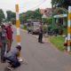 Warga bersama Perangkat Desa dan Satpol PP, memasang kembali Portal Pembatas jalan yang hilang. (bud)