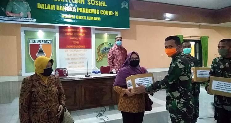 Komandan Kodim 0824 Jember bersama PMTJ secara simbolis memberikan bantuan. (gik)