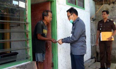 Dr Prima Idwan Mariza, SH MHum Kajari Jember saat memberi bantuan. (yud)