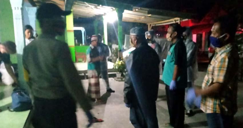 Tim satgas Covid - 19 Sewaktu penjemputan Muhammad Fahmi Arifin di rumahnya. (bud)