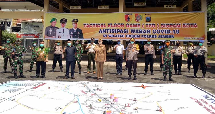 Polres Jember bersama Forkopimda gelar simulasi Tactical Floor Game Sispam Kota di halaman kantornya. (Gik)