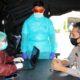 Kapolres Jember AKBP Aris Supiyono dan petugas Kesehatan saat rapid test. (humas polres Jember For Memontum.com)