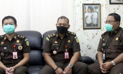 Jaksa penuntut umum Setyo adhi Wicaksono (tengah) didampingi 2 jaksa saat di konfirmasi memontum.com. (yud)