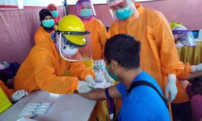 Petugas melakukan rapid tes kepada pedagang di Pasar Bungur. (tog/yud)