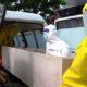 Tim ambulan jenasah mengevakuasi. ( Dok Memontum.com)