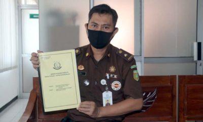 Jaksa Pengacara Negara (JPN) Dedi Joansyah Putra, SH. Menunjukkan dokumen keputusan (ist)